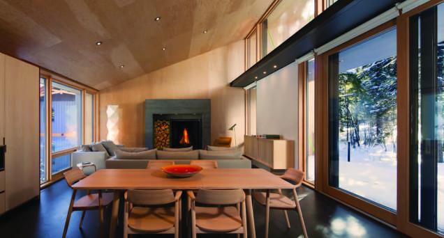倾斜的屋顶正式为这种大雪天而设计,木质搭配落地玻璃不仅看着温馨也